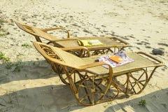 Książki umieszczają na plażowych łóżkach Obrazy Stock