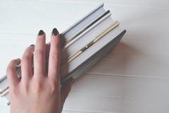 Książki w kobiety ręce na białym tle fotografia royalty free