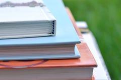 Książki w ogródzie Zdjęcia Royalty Free