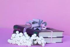 Książki w prezenta pudełku z łękiem i bukiecie biali kwiaty gypsophile zdjęcie royalty free