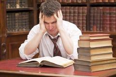 książki wypiętrzają read stresującego się ucznia Obrazy Stock