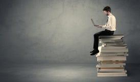 książki wypiętrzają siedzącego ucznia Obraz Stock