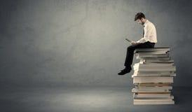 książki wypiętrzają siedzącego ucznia Obraz Royalty Free