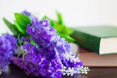 Książki z kwiatami na drewno stole Zdjęcie Stock