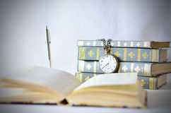 Książki z starym zegarkiem Fotografia Royalty Free