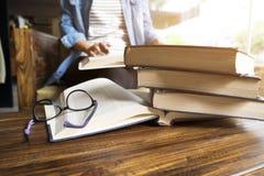 książkowa biblioteczna czytelnicza kobieta Obraz Stock