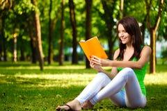 książkowa czytelnicza uśmiechnięta kobieta Obrazy Royalty Free