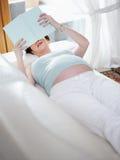 książkowa domowa ciężarna czytelnicza kobieta zdjęcie stock