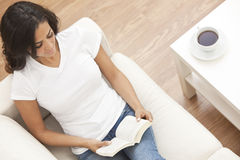 książkowa kawowa target922_0_ latynoska czytelnicza herbaciana kobieta Zdjęcia Stock