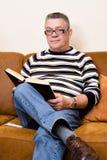 książkowa leżanka jego czytelniczy senior Fotografia Stock