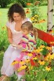 książkowa ogrodowa dziewczyna trochę czyta kobieta Zdjęcie Stock