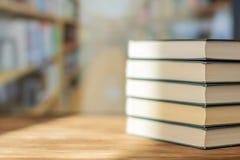 Książkowa sterta na biurku w bibliotecznym pokoju pod sunrays zdjęcie royalty free