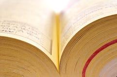 książkowe zamknięte strony dzwonią w górę kolor żółty Obrazy Stock