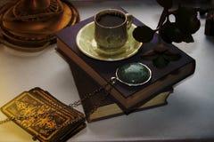 Książkowego medalionu wróżby miłości papieru prześcieradła łańcuchu magiczny gemstone filiżanka kawy zdjęcie royalty free