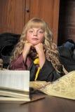 książkowej dziewczyny Halloween mała sterty czarownica Obrazy Stock