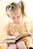 książkowej dziewczyny mały czytanie Fotografia Royalty Free