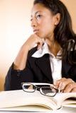 książkowej eyeglasses ostrości myśląca kobieta młoda Zdjęcie Royalty Free