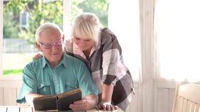 książkowej pary czytelniczy senior zdjęcie wideo