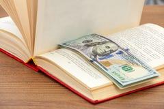 książkowi biznesowi dolary pieniądze szkolenia Obraz Royalty Free