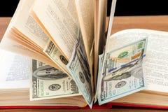 książkowi biznesowi dolary pieniądze szkolenia Obrazy Royalty Free