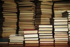 Książkowi schodki na tle książki obrazy stock