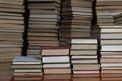 Książkowi schodki na tle książki zdjęcie royalty free