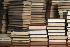 Książkowi schodki na tle książki fotografia stock