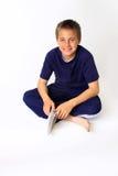 książkowy chłopiec kamery mienia spojrzenie zdjęcie royalty free