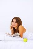 książkowy dziewczyny czytania ja target1973_0_ zdjęcie royalty free