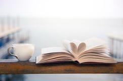Książkowy i kawowy czas nadmorski Obrazy Royalty Free