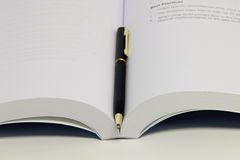 Książkowy i pióro zakończenie Zdjęcie Stock