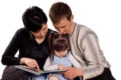 książkowy rodzinny szczęśliwy czytanie obrazy royalty free