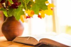 książkowy stary otwiera stół Fotografia Royalty Free