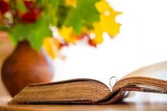 książkowy stary otwiera stół Fotografia Stock