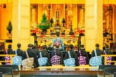 Ksiądz ono modli się w Buddyjskim rytuale Tsukiji Honganji świątynia w Tokio, Japonia na Październiku 18, 2016 Obrazy Royalty Free
