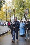 Ksiądz robi ofiarze z wierzącymi w suzdal, federacja rosyjska Obraz Stock