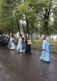 Ksiądz robi ofiarze z wierzącymi w suzdal, federacja rosyjska Zdjęcie Royalty Free