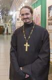 Ksiądz w katedrze, Yekaterinburg, federacja rosyjska zdjęcia stock