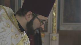 Ksiądz w kościół czyta modlitwę zbiory