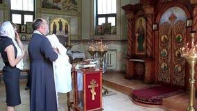 Ksiądz z małym dzieckiem w ortodoksyjnym kościół. Dziecięcy ochrzczenie, christening zbiory wideo