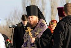 Księża Ortodoksalny kościół czytają modlitwę Fotografia Royalty Free