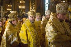Księża podczas świątecznej liturgii przy St Vladimir Patriarchalny c Zdjęcie Stock