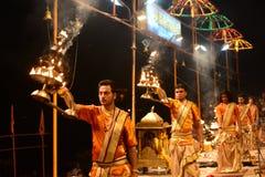 Księża przy ganga aarti Varanasi Zdjęcia Royalty Free