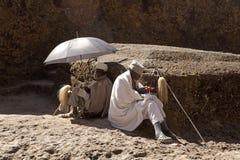 Księża siedzieli outside, Lalibela fotografia stock