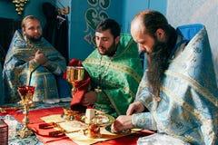 Księża uświęcać chleb Zdjęcie Stock