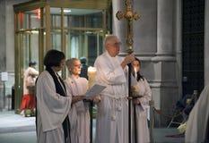 Księża w modlitwie wśrodku świętego John Przeczuwają kościół obrazy stock