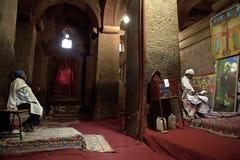 Księża w monolitowym kościół, Lalibela fotografia stock