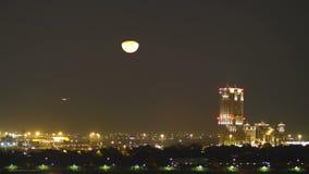 Księżyc światła nocy 4k czasu upływ od Dubai miasta zdjęcie wideo