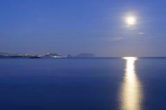 Księżyc błyszczy w oceanie Zdjęcie Royalty Free