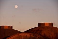księżyc domed ponad dachami zdjęcie royalty free